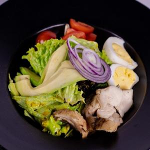 Салат з рубленим курча та авокадо