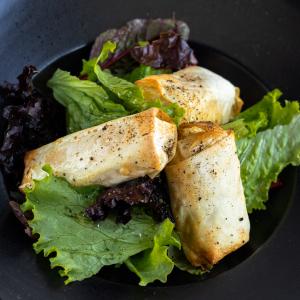 Салат з гарячою бринзою в тісті філа