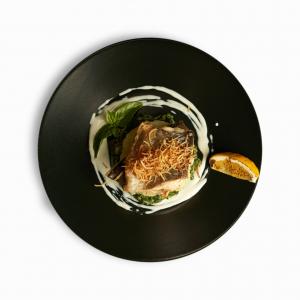 Запечена форель на подушці зі шпинату та картопляного пюре з соусом блю чіз