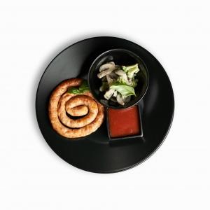 Ковбаски курячі з сиром подаються з грибами та броколі у вершковому соусі