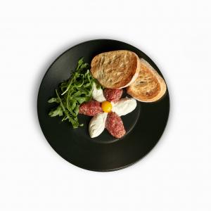 Тартар з яловичини на подушці з крем сиру