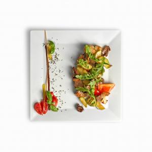 Теплий салат з телятиною та печеними овочами