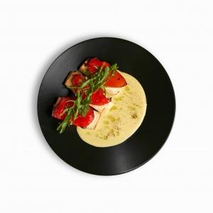 Печений перець з бринзою в тісті філа та соусом тонато