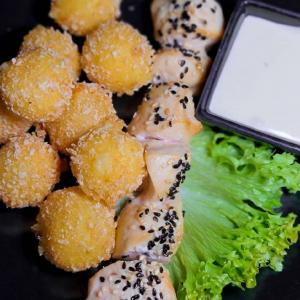 Курячий шашлик з крокетами та сирним соусом