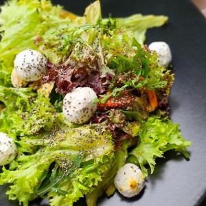 Салат з печеним перцем та крем сиром