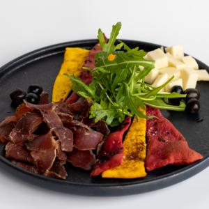 Закуска з в'яленої яловичини, пармезана та хрустиків