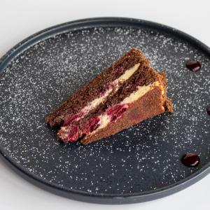 Торт шоколадний з маскарпоне та вишнею