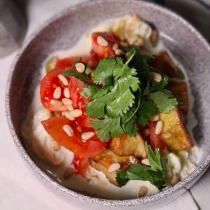 Салат з карамелізованими баклажанами, рікотою та томатами