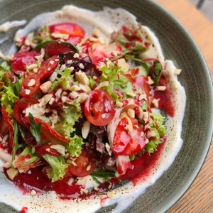 Салат з ягодою, курячим філе та мусом з крем сиру (подається з малиново – трюфельним соусом)