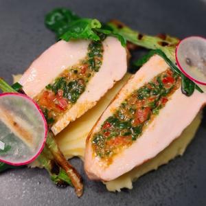 Куряча грудинка фарширована в'яленими томатами  та шпинатом з соусом бешамель
