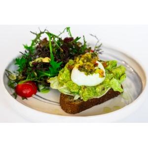 Великий авокадо тост з м'яким яйцем та зеленим салатом (260 гр)