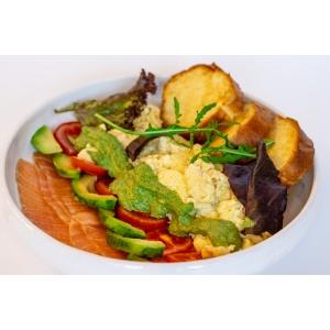 Скрембл з лососем гравлакс, авокадо та гріночками бріош (310 гр)