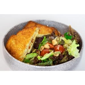 Мелт чотири сири з гарбузовим джемом, подаємо з зеленим салатом (340 гр)
