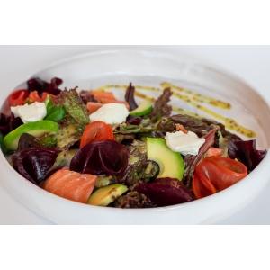 Салат з  буряком, лососем та французьким соусом (190 гр)