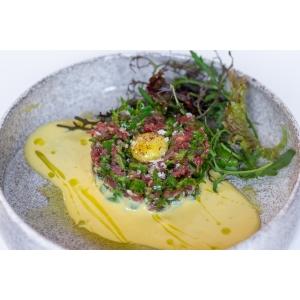 Тартар з яловичини, доповнений голландським соусом та трюфельною олією (150 гр)