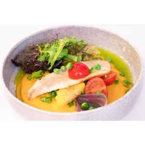 Філе форелі з ніжним гарбузовим кремом, кукурудзою та зеленим горошком (360 гр)