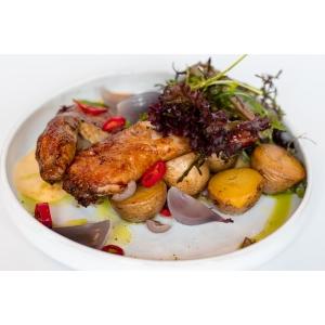Курча з печеною картоплею та соусом голондез (580 гр)
