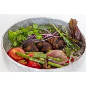 Кебаб з яловичини, доповнений хумусом, теплим салатом та зернами граната (340 гр)